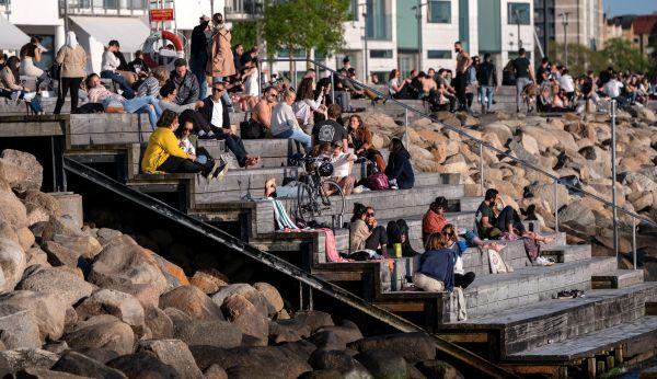 26日,在瑞典马尔默,当地民众无视保持社交距离的规定在户外聚集。(路透社)