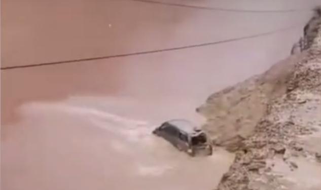 云南贡山泥石流面包车翻入江内致2人失联 消防增援受阻图片