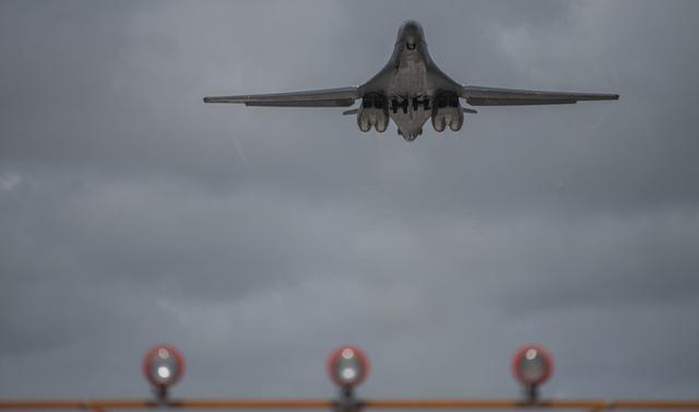 美军轰炸机东海耀武扬威,日本大批战机摇旗呐喊,关键时刻已站队