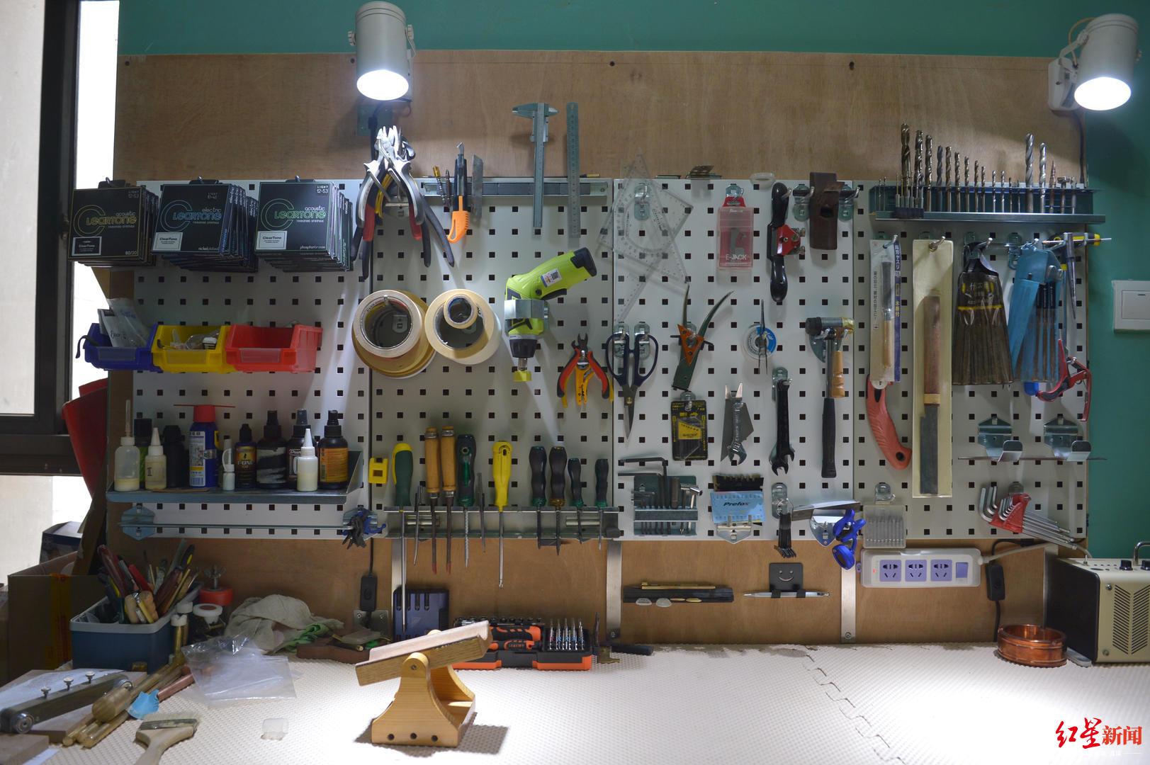藏在民居里的手工吉他工作室:乐手变琴师,他做一把吉他要200多道工序