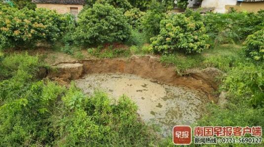 广西一村庄地面持续塌陷现多个坑洞:已撤离42人,诱因不明