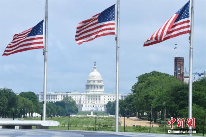 美国总统特朗普当地时间5月21日晚发布公告,全美自22日起降半旗三天,向新冠肺炎逝者致哀。图为22日的华盛顿国家广场。 中新社记者 陈孟统 摄