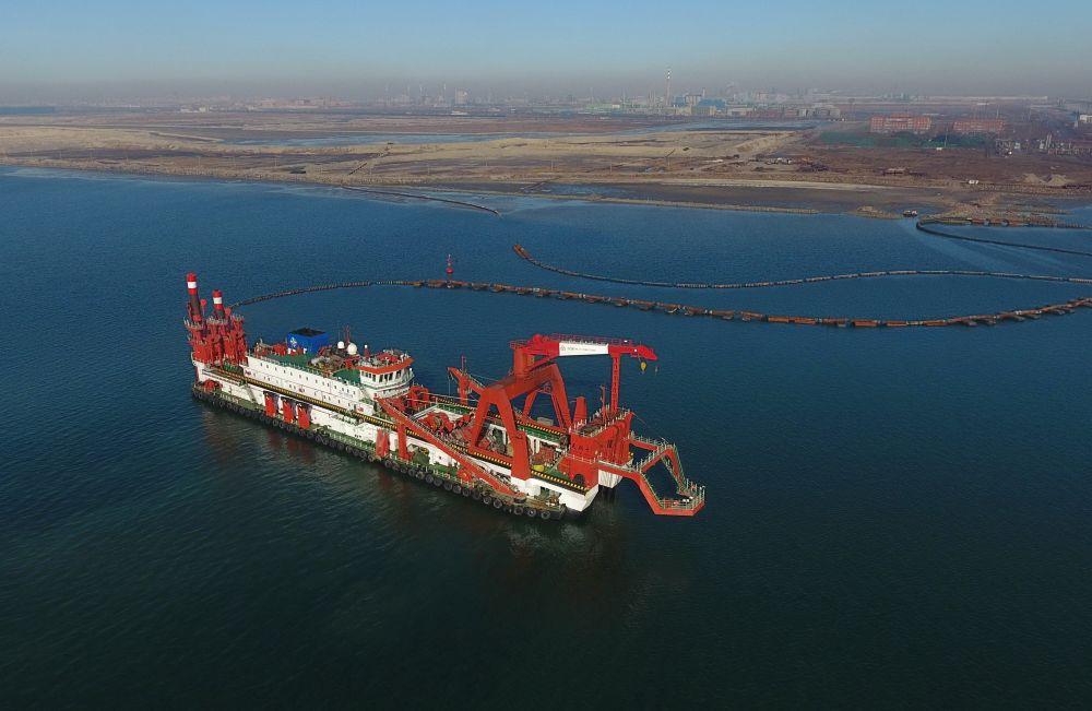 3月14日,一艘施工船在唐山港京唐港区25万吨级航道工程海疆施事情业(无人机拍摄)。新华社记者杨世尧摄