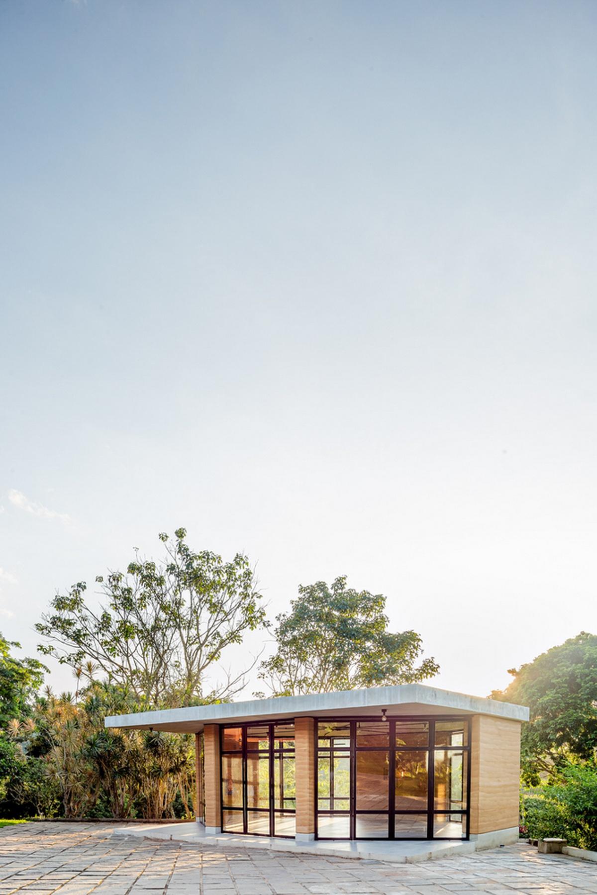 风景画中的冥想之所——巴西耶稣会弧形玻璃教堂 / Solo Eduardo