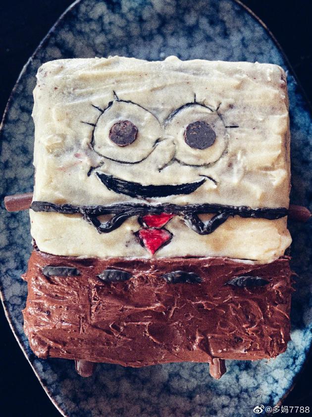 孙莉小儿子迎3岁生日 多多做海绵宝宝蛋糕很用心