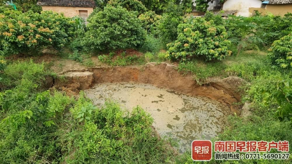 广西一村庄地面塌陷现多个坑洞 诱因不明 已撤离42人图片