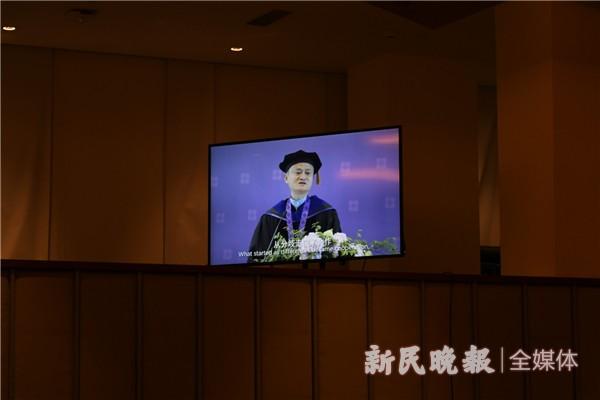 今天,上海这所高校校长和本科生一起毕业了!
