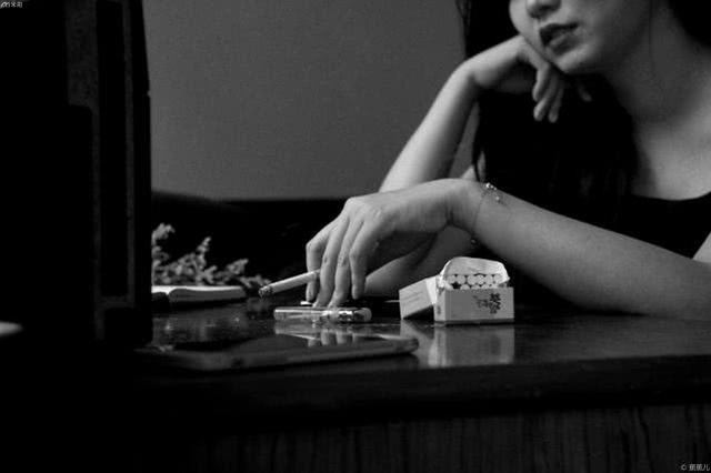 """她拍下青春故事中的""""上瘾"""",有种不可名状的性感"""