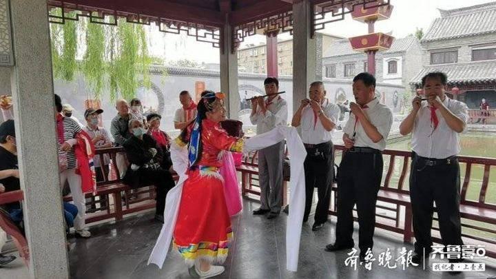 百花洲畔,齐鲁志愿者吹起口琴庆祝儿童节