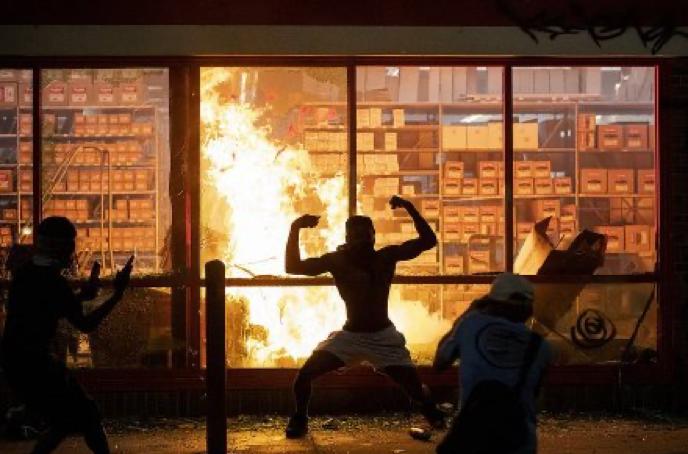 暴徒与放火现场合影,图源:美联社