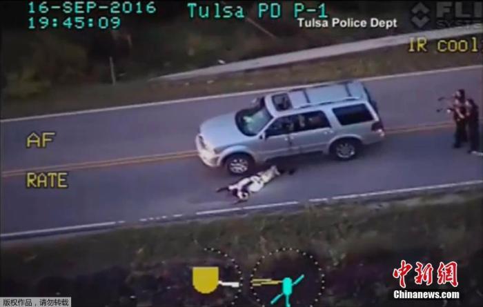 资料图:2016年9月,美国俄克拉何马州塔尔萨市警局公布了一份视频,显示9月16日被白人警察击毙的黑人当时手中没有武器。不仅如此,他在警方开枪之前已经高举起了双手。