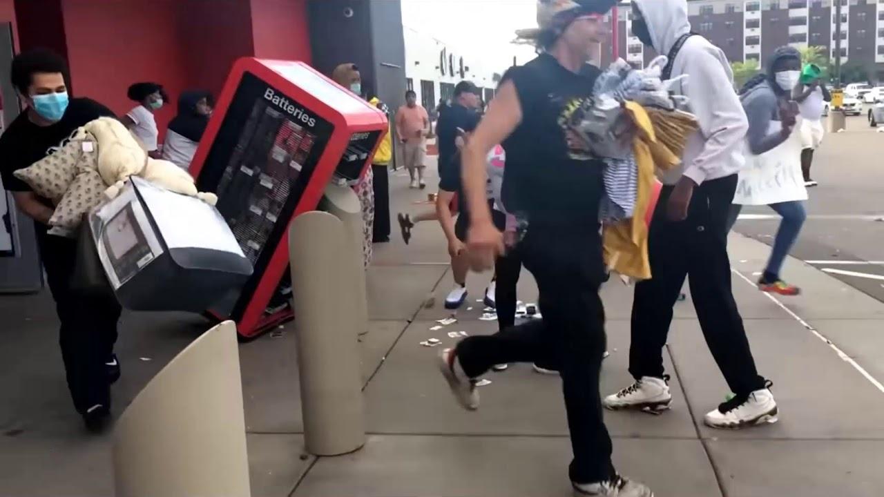 明尼阿波利斯市,一家超市遭抗议者哄抢。 视频截图