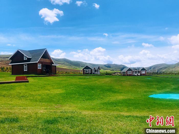 """甘南藏区现""""江南春景"""":绿草如茵 水天一色"""