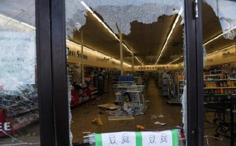 遭遇抢劫的商店,图源:路透社