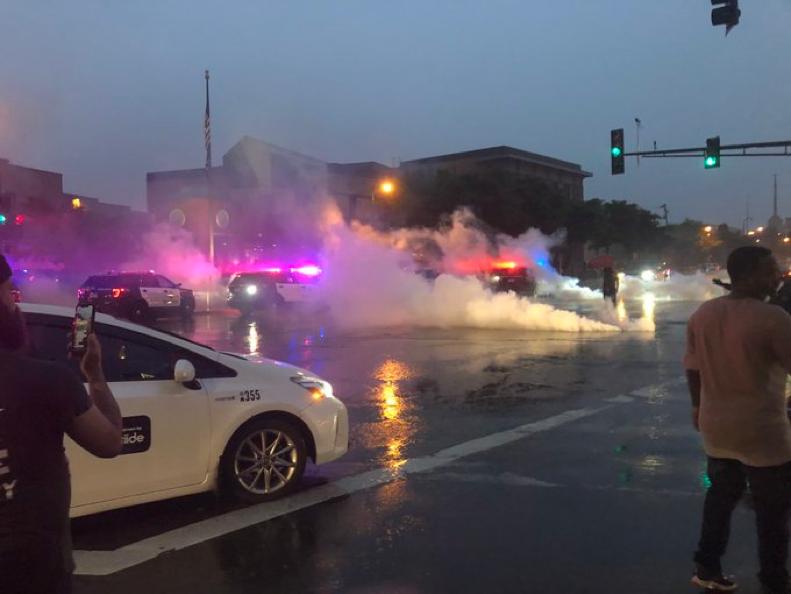 警方镇压抗议团体现场,图源:推特