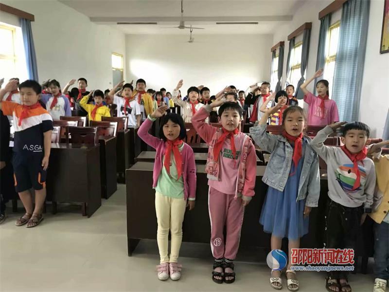 北塔区陈家桥学校举行新队员入队仪式
