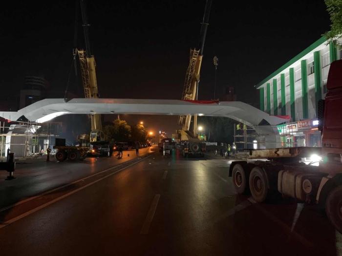 """学生过马路更安全了! 黄河五路""""鑫岳桥""""主体吊装完成 5月10日前将达到通行条件"""