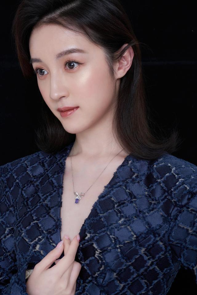 杨懿最新写真曝光 气质清雅不失俏皮少女心 对于时尚表现力有着精准把控
