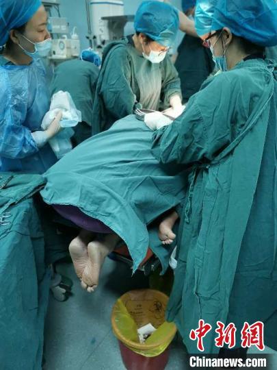 """和""""死神""""赛跑的15分钟 浙江医生全程托举保母婴平安"""