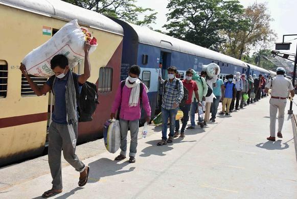 印度劳工漫漫回乡路 80名劳工在返乡列车上死亡