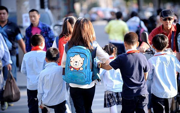 国内外孩子上下学有啥区别?最大区别在于父母,换种方式反而更好