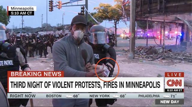 """新闻报道现场遭遇""""双标""""!CNN黑人记者亮明身份仍被捕 白人记者却被礼貌相待"""