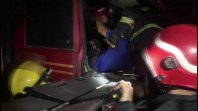 货车追尾车头严重变形 莱西消防员紧急救援被困司机