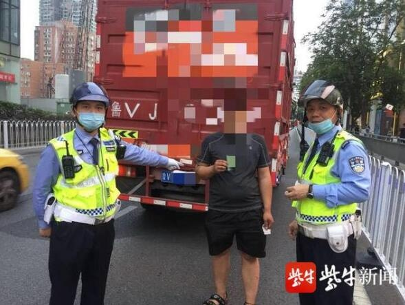 闯禁区还用假证被交警扣钥匙,货车司机悄悄拿出备用钥匙开车就跑