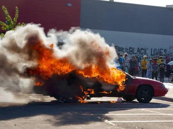 明尼阿波利斯市的示威者点燃汽车 图源:《今日美国报》