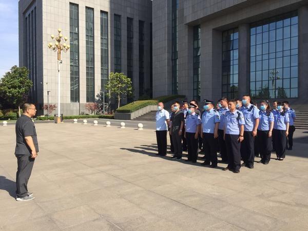 执行一盘棋!辉县法院助力武汉当地法院扣押两台涉案挖掘机