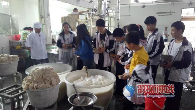 隆回县大观中学组织学生进企业参加社会实践活动