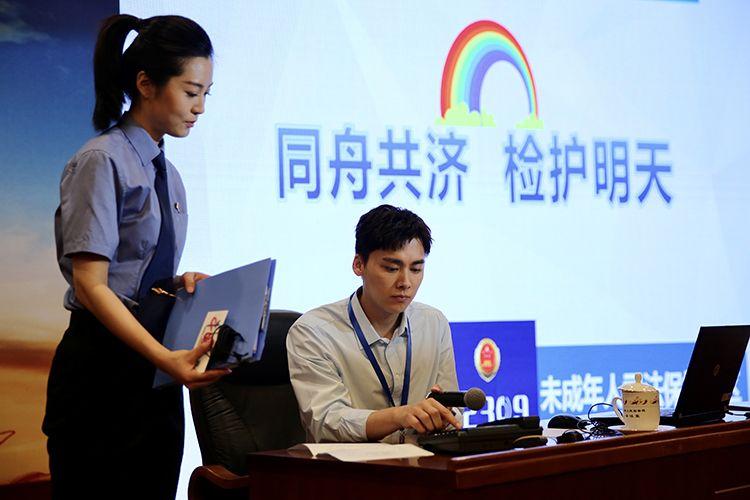 李易峰携手抗疫家庭 参与最高检网上检察开放日活动图片