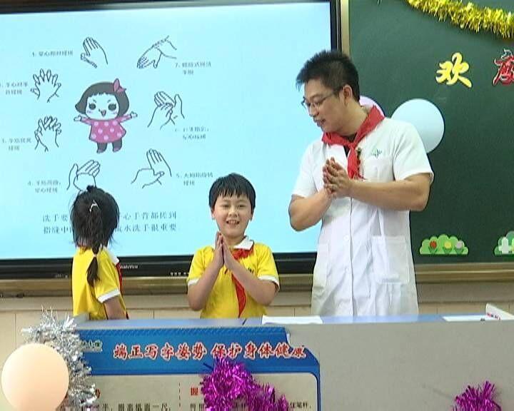 """江门:小学生收获两会""""礼包"""" 过个别样""""六一"""""""