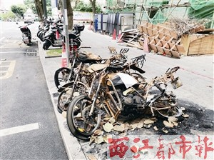 """摩托车""""骨架"""" 倒在路边"""