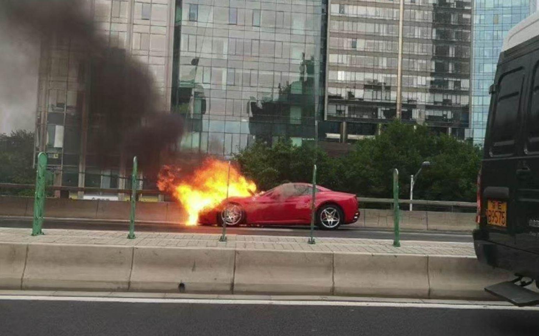 北京东三环京广桥一辆法拉利轿车起火,无人员伤亡