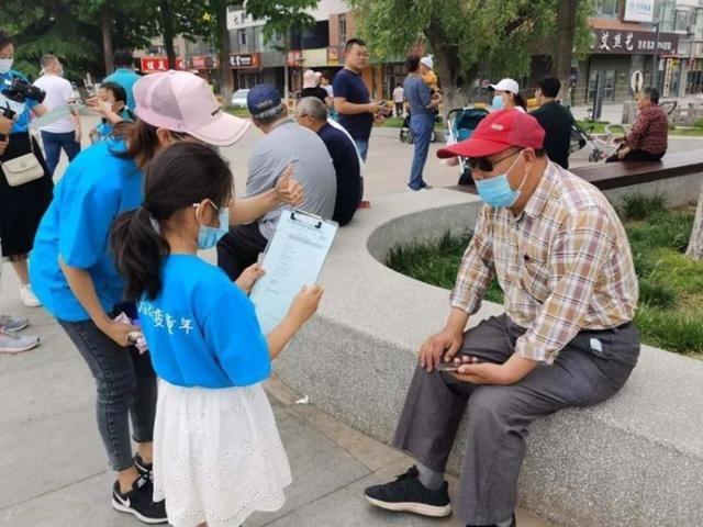 世界无烟日 平度这群志愿者走上街头宣传禁烟