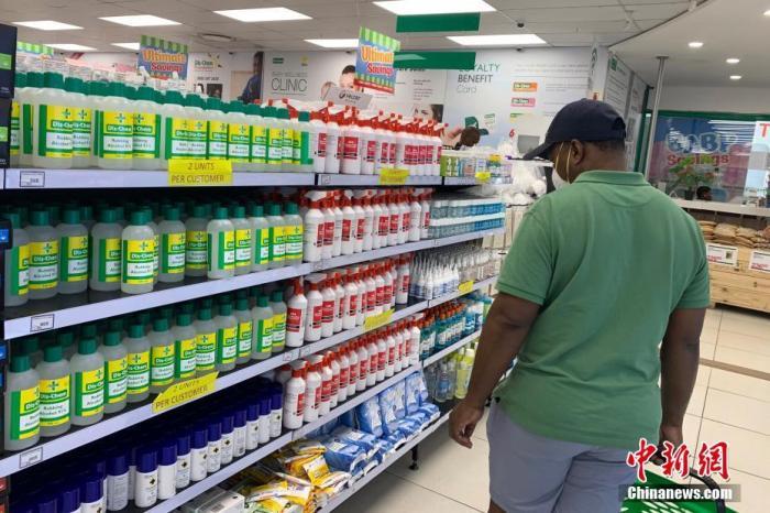 资料图:南非约翰内斯堡一药店内,顾客正在挑选防疫物资。中新社记者 王曦 摄