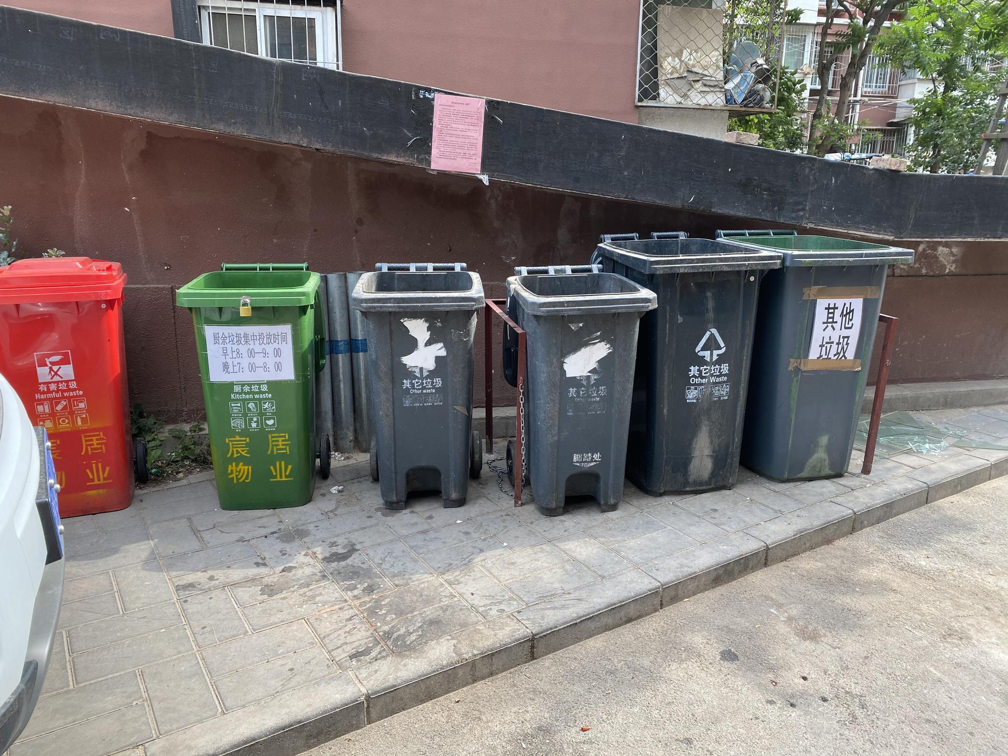 永金里小区15号楼四周垃圾桶站增设了多个垃圾桶。摄 新京报记者 应悦