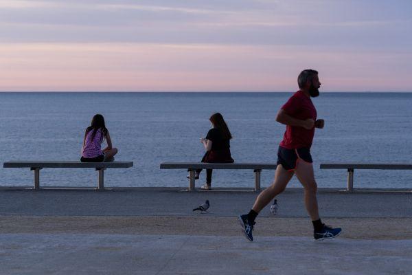 5月2日,市民在西班牙巴塞罗那博加特尔海滩锻炼身体。新华社发