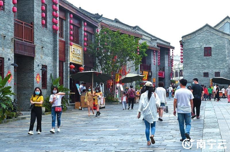 """""""五一""""假期,""""三街两巷""""以其南宁特有的文化韵味吸引了不少游客。记者潘浩摄"""