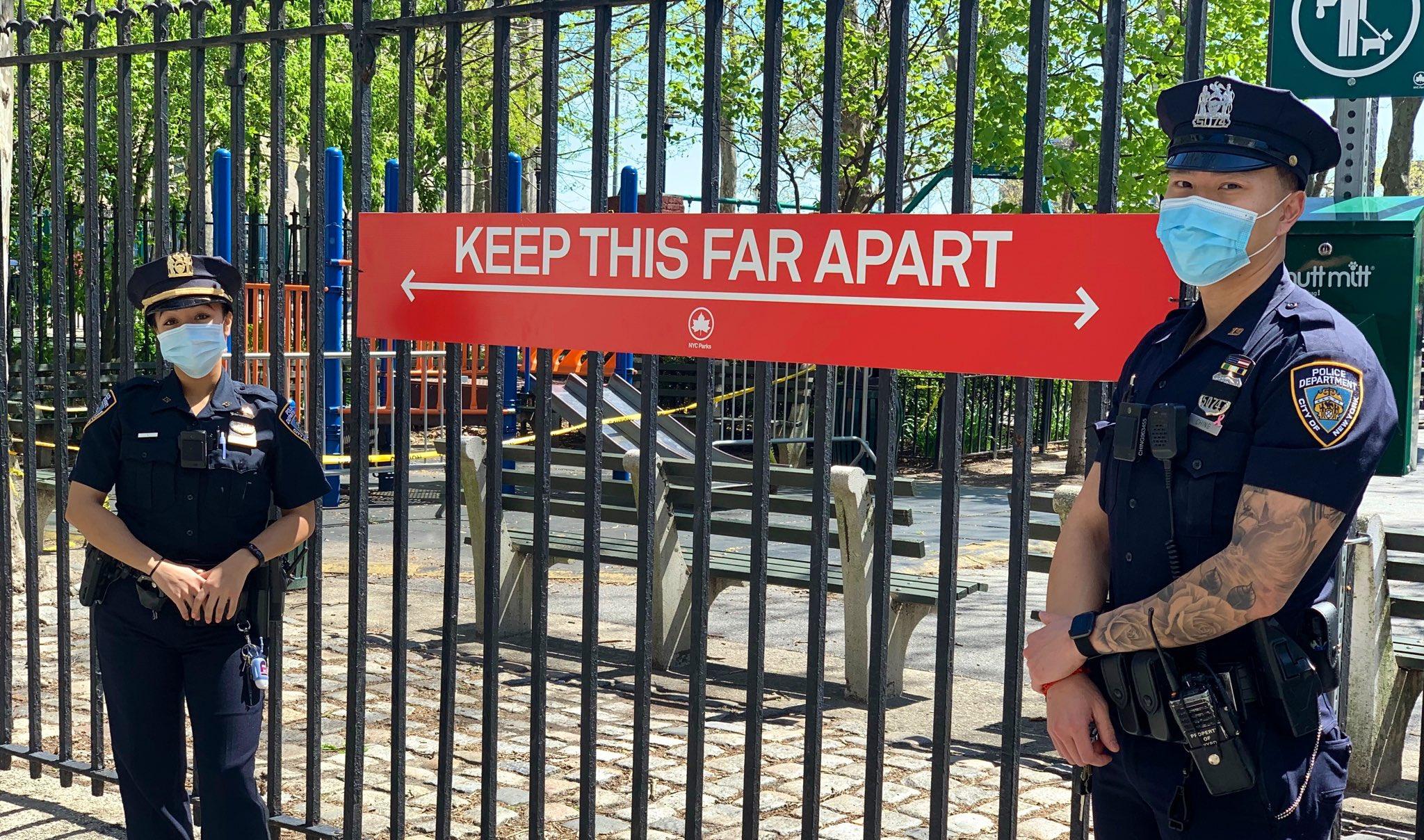 警察站在标识旁,提醒人们遵守社交距离 纽约警察局推特图