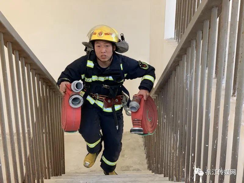 消防员出警慢被批评,查看监控视频后发现原因……