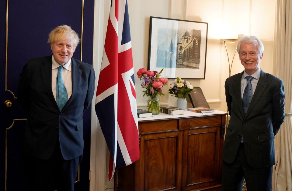 采访期间,约翰逊与伍丁在唐宁街10号合影 图自:英国首相府