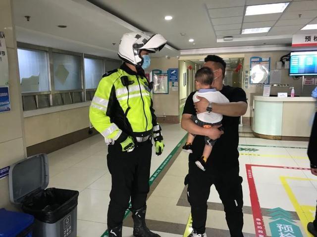 青岛一幼童高处摔下 交警大功率摩托车和警车双双开道