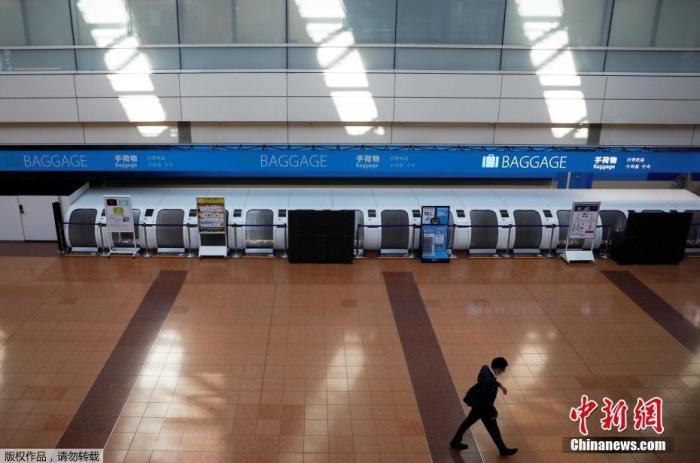 当地时间4月29日,日本东京羽田机场候机大厅几乎空无一人。