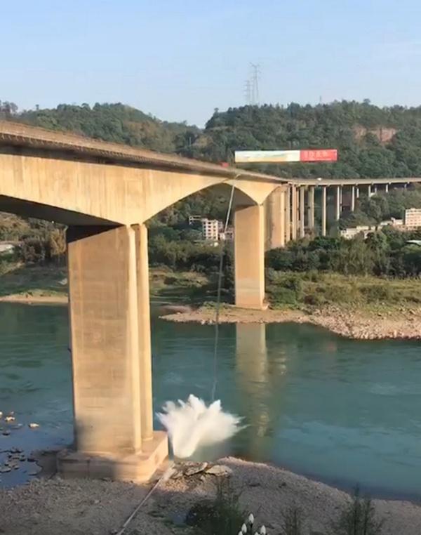 【摩天开户】金沙江特大桥摩天开户脱落管道打捞作业图片
