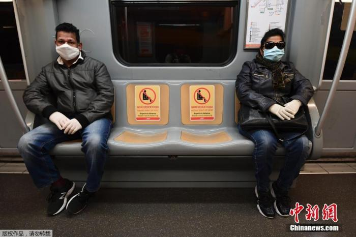 当地时间4月28日,意大利罗马的地铁上已经贴上安全距离标识,提醒乘客在疫情期间乘坐地铁时保持一定的安全距离。