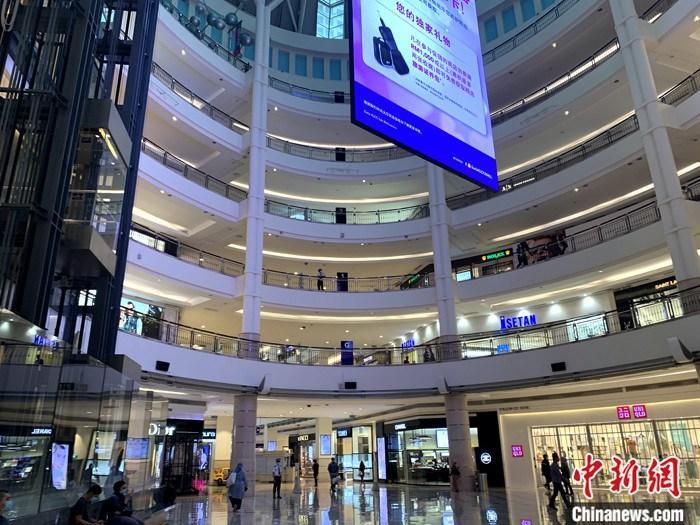 """5月4日,是马来西亚中央政府放松""""行动限制令"""",""""重启""""大部分经济、社会活动的第一天。图为吉隆坡著名的阳光商场内已有部分商铺复业。 中新社记者 陈悦 摄"""
