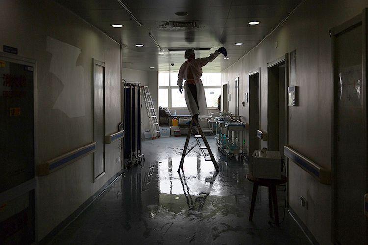 消杀人员对病区内各个角落进行反复消杀。