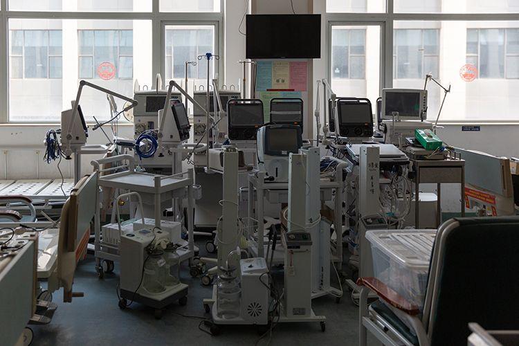 救治新冠肺炎重症患者的医疗器械被统一堆放在病区一角。